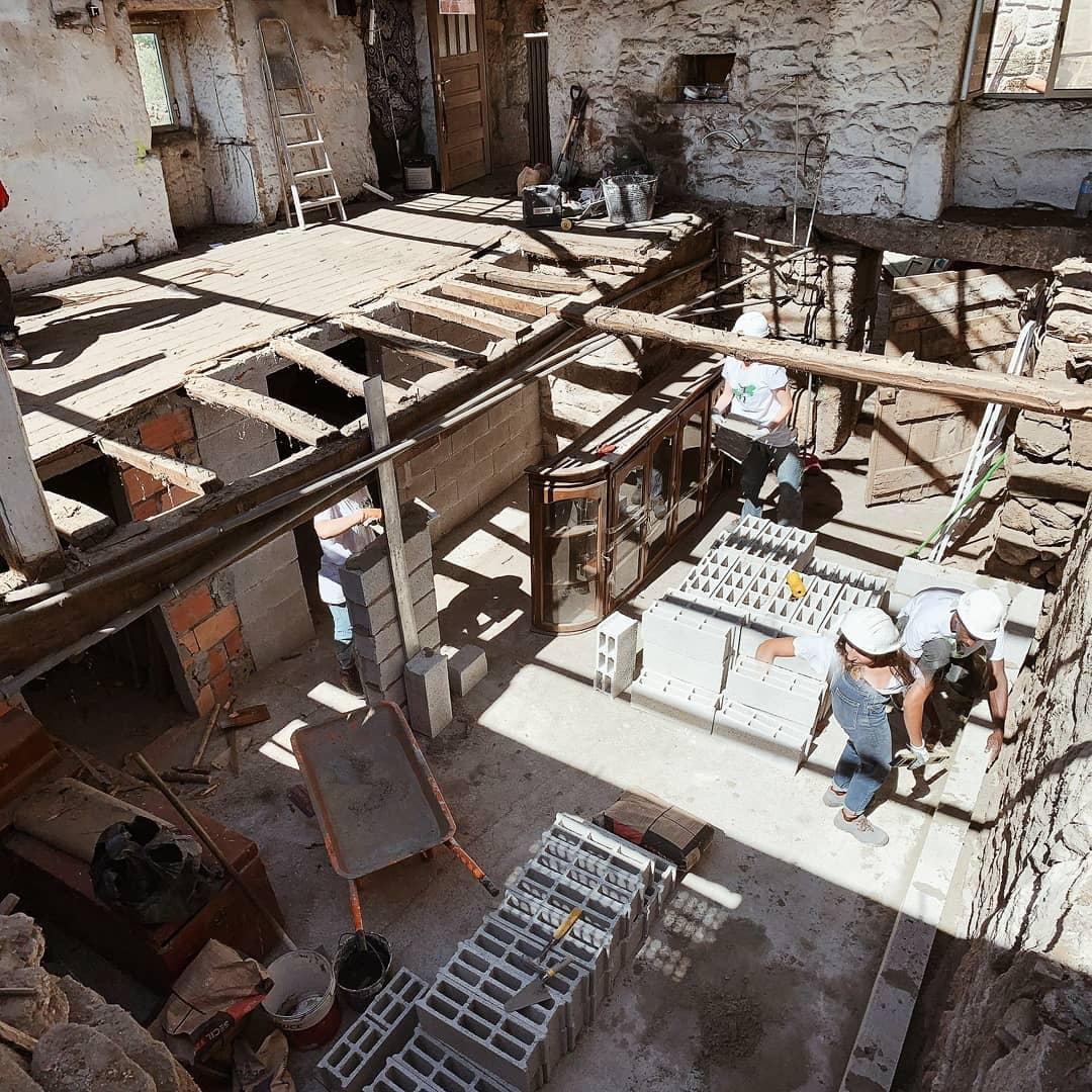 """Voluntários da Associação """"Just a Change"""" reconstroem casas em Vila Pouca de Aguiar"""
