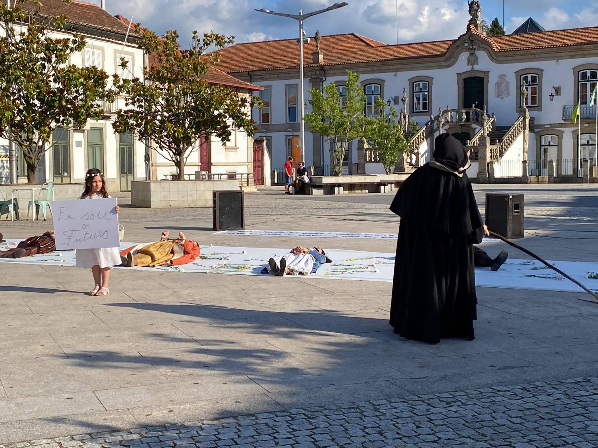 Protesto pela Cultura em Vila Real com atores de pés e mãos atados