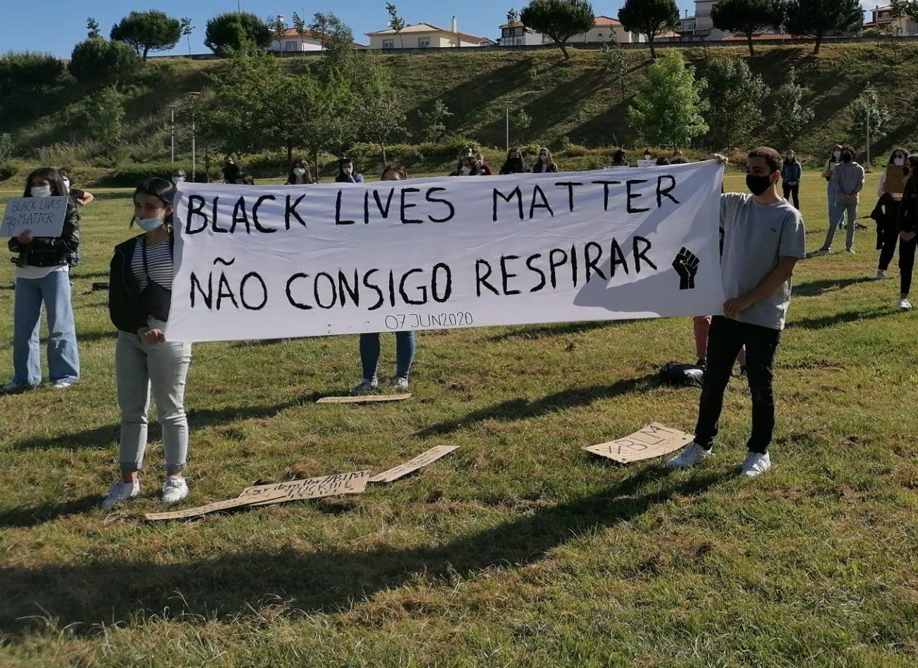 Mais de 100 pessoas juntaram-se nos relvados do parque Pólis da Guarda na vigília Black Lives Matter