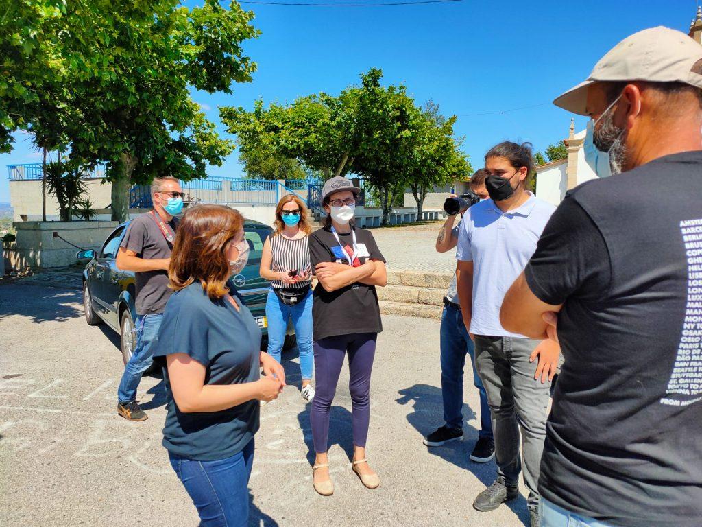 Catarina Martins com população e empresários de Mouraz