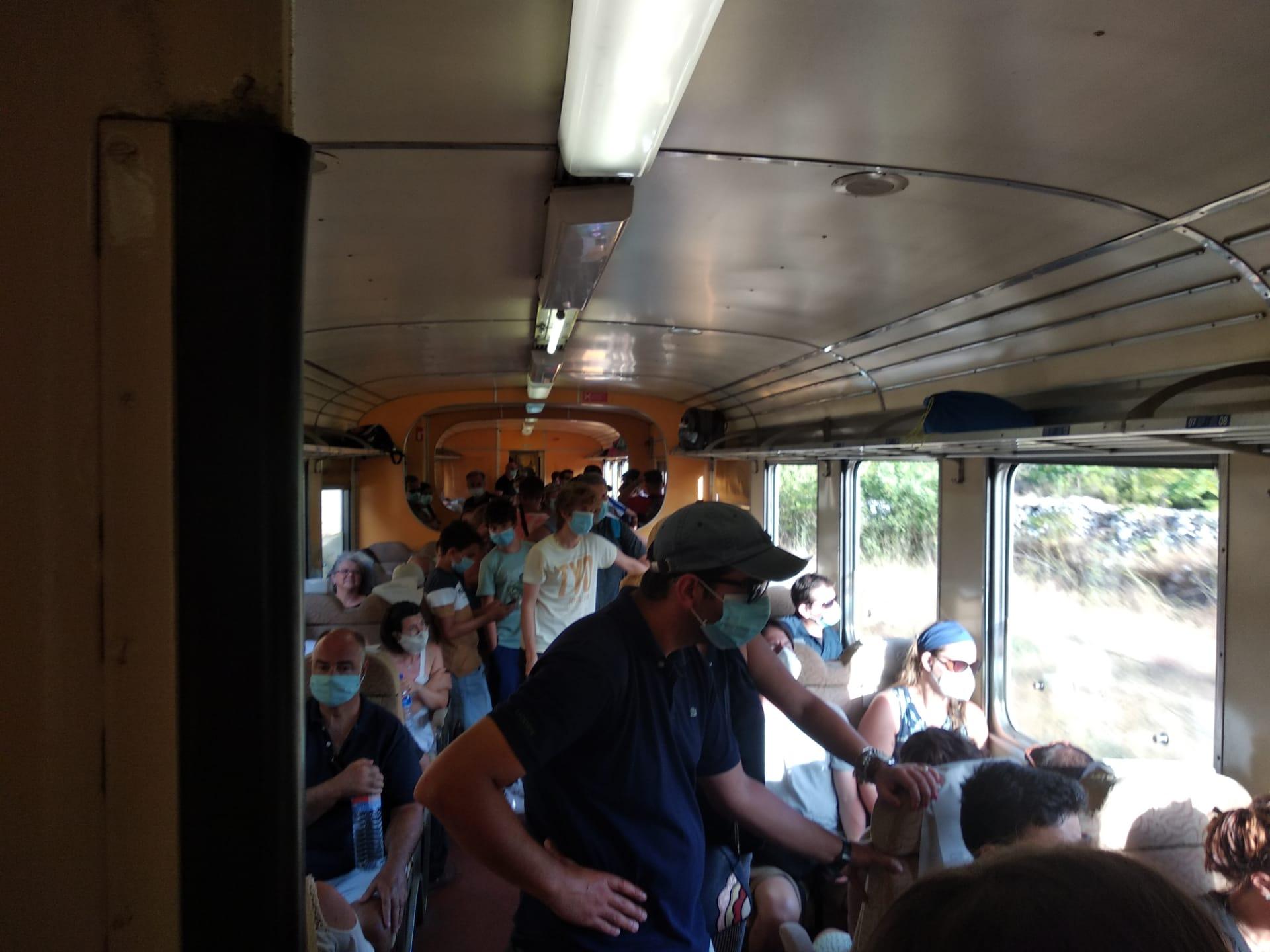 Linha do Douro com excesso de passageiros e sem distanciamento entre estes
