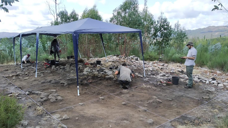 Escavações revelam sepulcro de há 3 mil anos em Oliveira de Frades