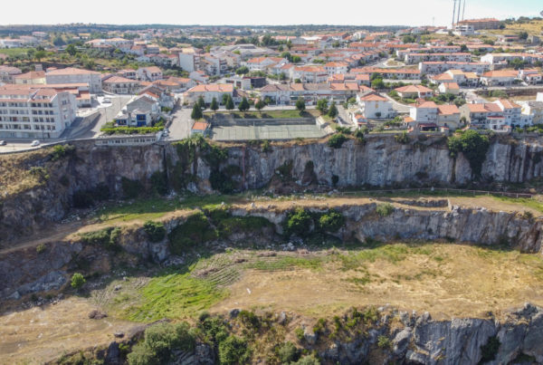 Pedreira na cidade de Miranda do Douro deixada pela construção da barragem 1960 | Foto retirada de Movimento Cultural da Terra de Miranda | Facebook