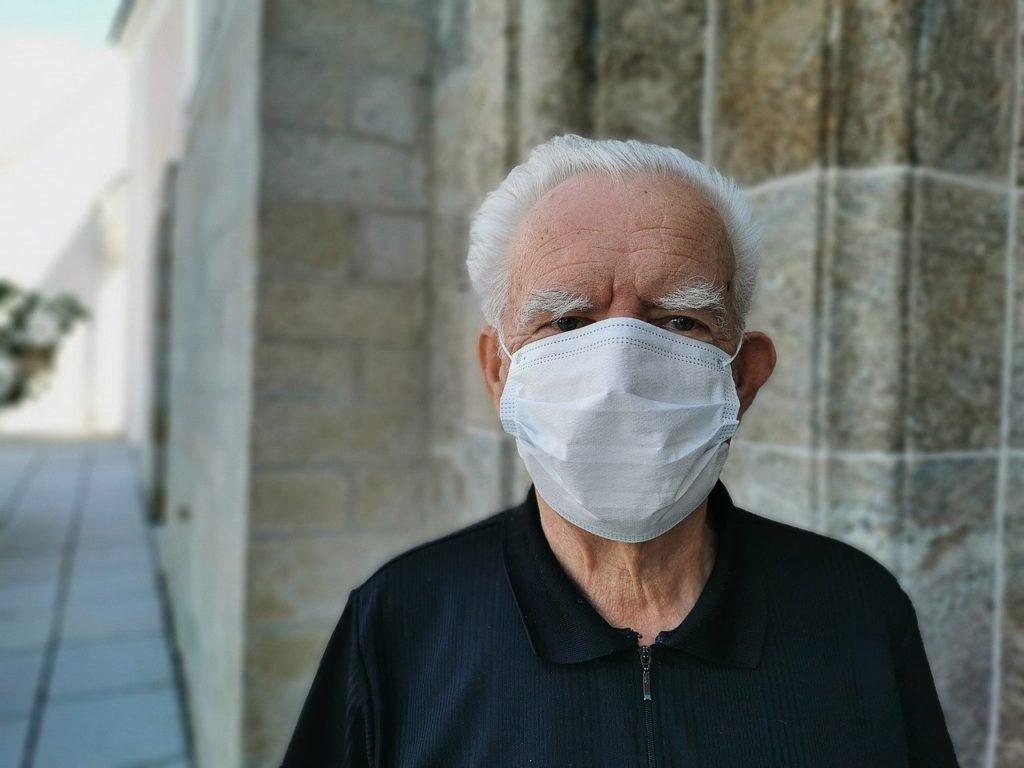 idoso com máscara