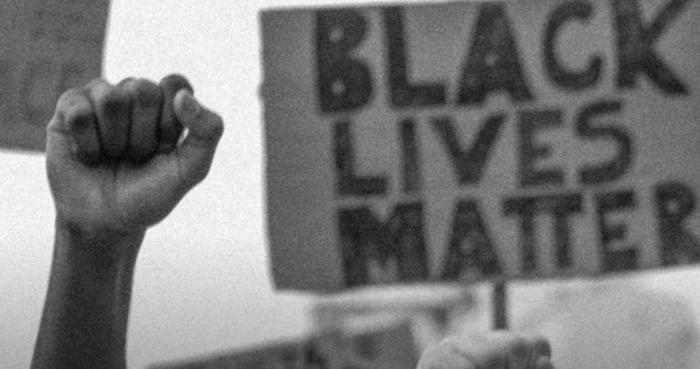 """SOS Racismo disponibiliza documentário """"Olhares sobre o Racismo"""" no YouTube"""