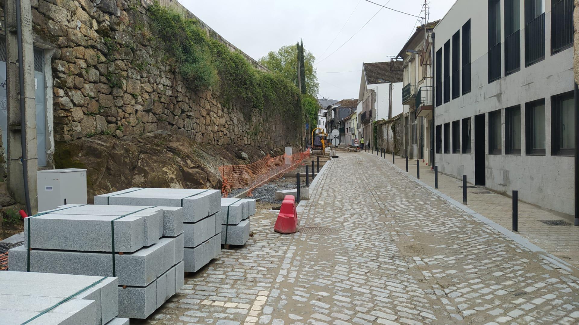 Vestígios de Arte rupestre na rua Marechal Teixeira Rebelo em Vila Real registados pela Direção do Património Cultural