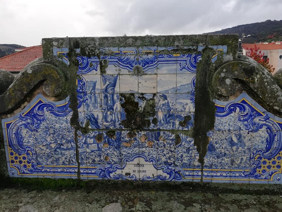 Painéis de azulejos degradados e ao abandono no Jardim da República em Lamego