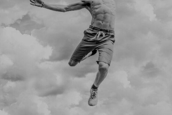 Homem a correr nas nuvens