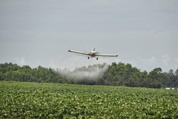 Pulverização de pesticidas com aeronave