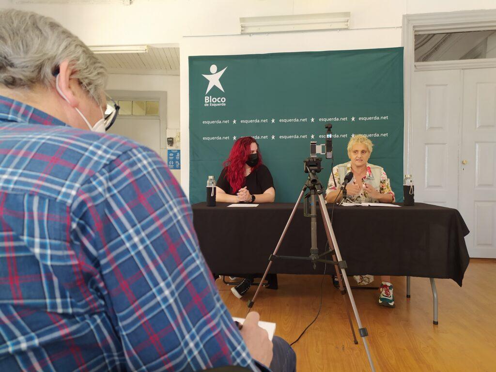 Fotografia da Conferência de Imprensa com as candidatas e um jornalista