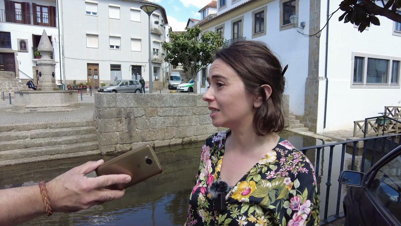 Maria Manuel Rola ao lado da Ribeira das Hortas