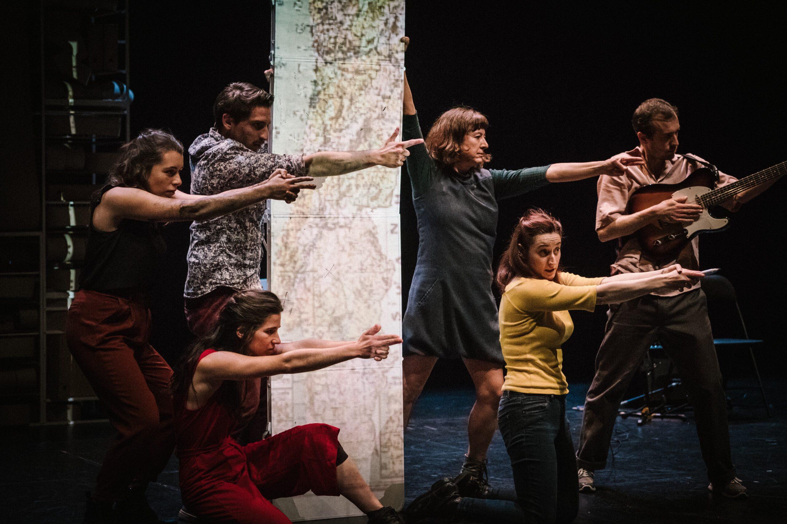 """""""Os Filhos do Mal"""": teatro documental em Castelo Branco sobre a relação das gerações pós-25 de abril têm com o Estado Novo"""