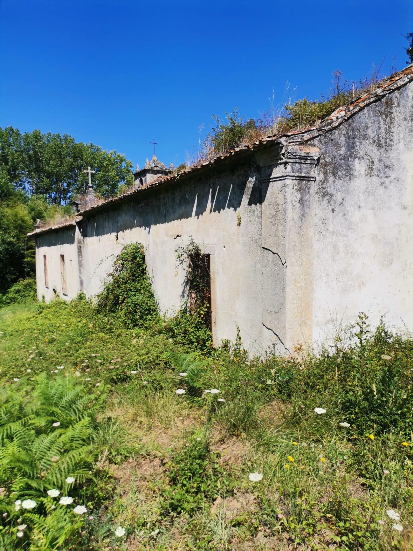 Fonte e Capela da Nossa Senhora dos Carvalhais em Oliveirinha estão em estado lastimável
