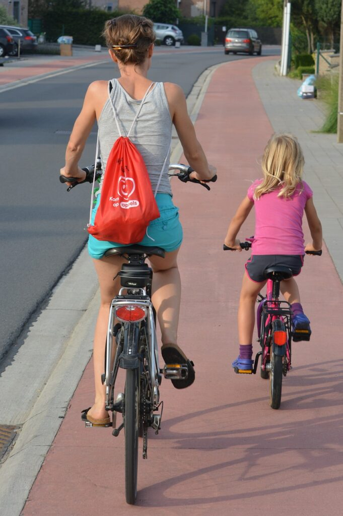 Pessoas a andar de bicicleta num ciclovia